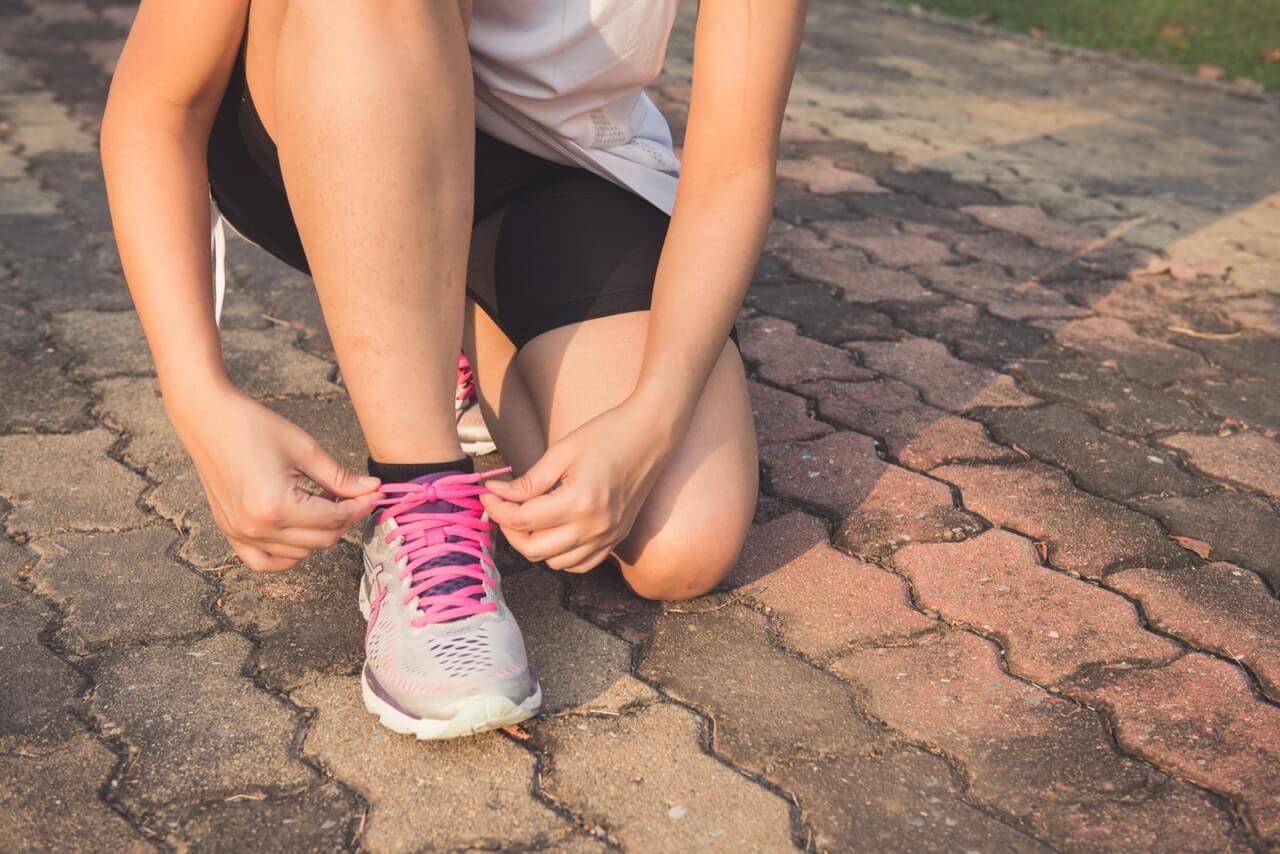 Kobieta-wiazaca-buta-podczas-treningu