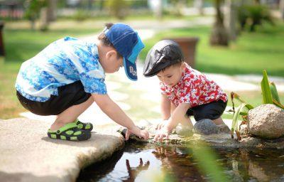 Dwojka-dzieci-nad-woda